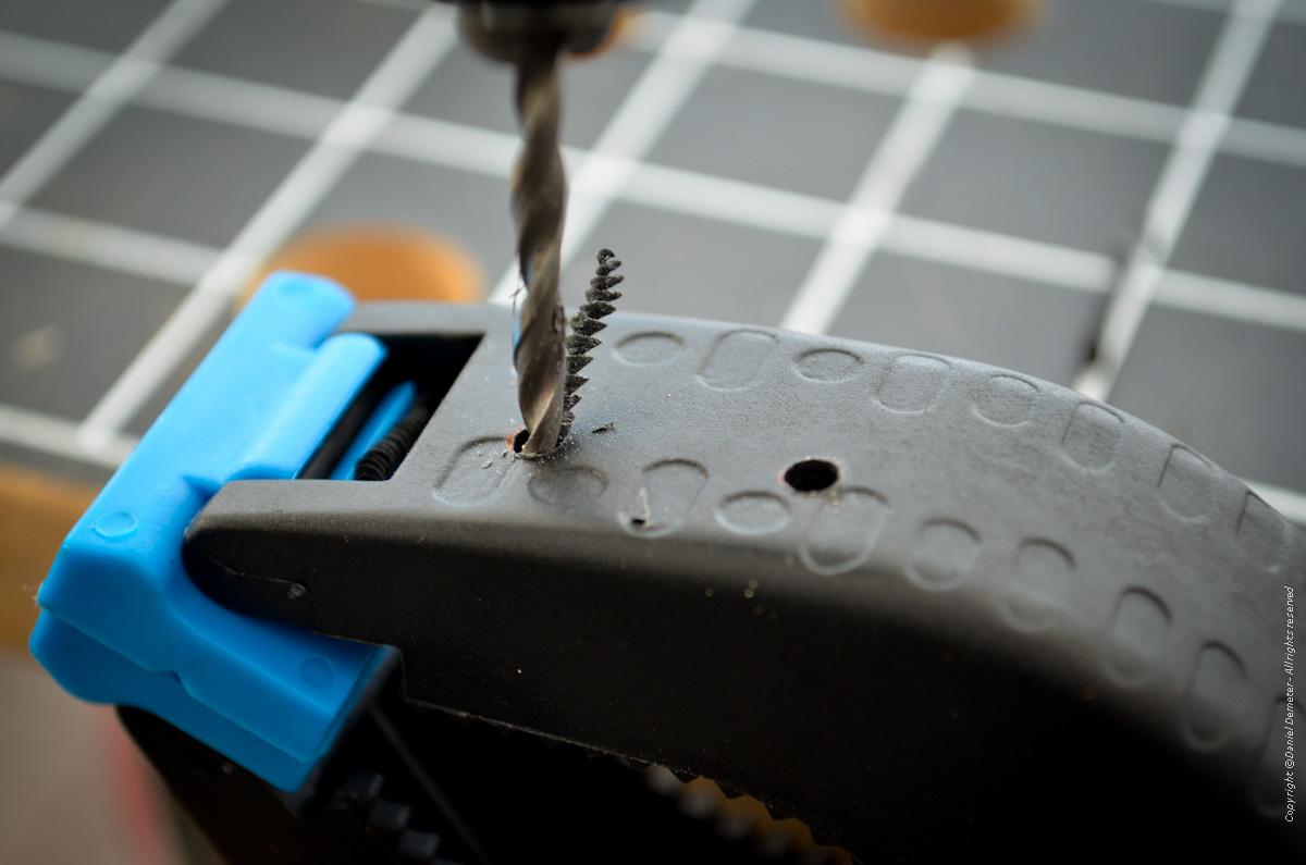 Tillverka spöhållare ismete - borra hål för pop-nitar